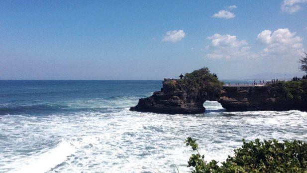 Bild Ozean und Felsen mit Tempel tanah lot in Bali von unserem Reisebericht auf dem Reiseblog, Blog