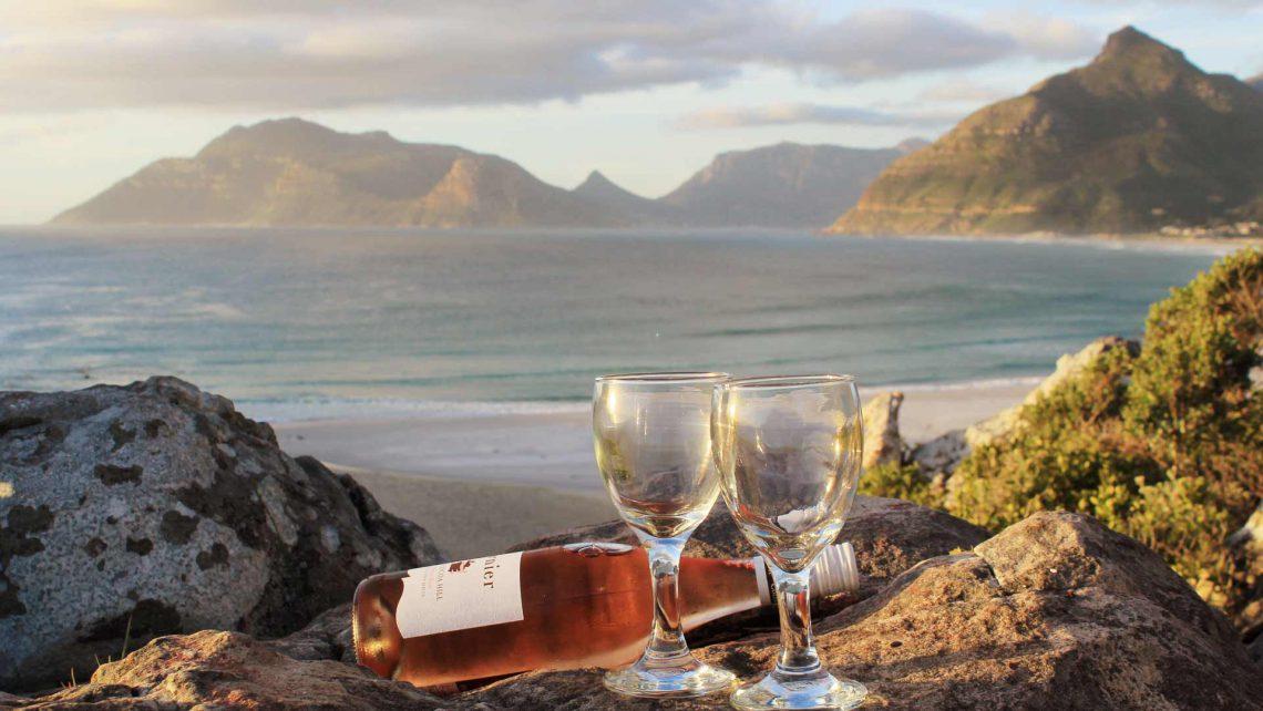 Bild von 2 Weingläser Sonnenuntergang Berge Ozean in Kommetjie, nähe Kapstadt in Südafrika, Dornier Wine Estate