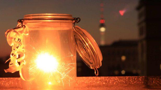 Einwegglas mit Schleife und Funken, New Year Silvester in Berlin - Reiseblog detailjaeger